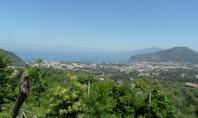 Sant'Agnello, in posizione dominante, vendesi villa su due livelli con giardino e terrazzi a livello