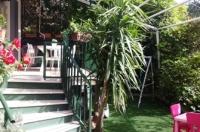 Sorrento, centrale, in parco con piscina, vendesi rifinito appartamento con spazio esterno