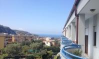 SORRENTO, in contesto residenziale e tranquillo, vendesi rifinito e panoramico appartamento con ampie balconate e box auto