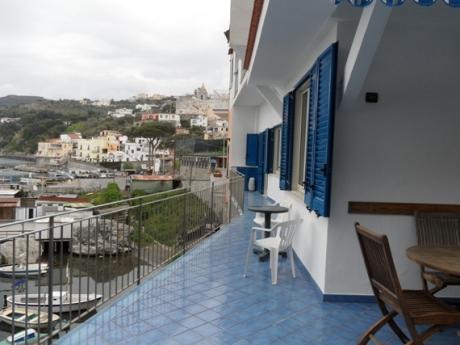 MASSA LUBRENSE, Loc. MARINA DELLA LOBRA, vendesi rifinita soluzione semi-indipendente su due livelli con ampi terrazzi e box auto