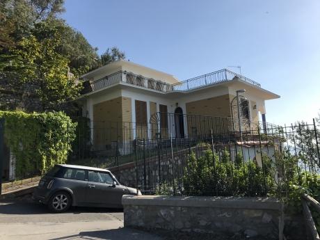 MASSA LUBRENSE, RIVIERA SAN MONTANO, vendesi panoramica e dominante VILLA
