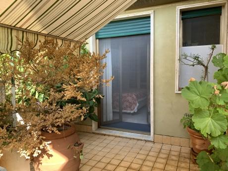 Piano di Sorrento, centralissimo, vendesi grazioso appartamento con ampi spazi esterni